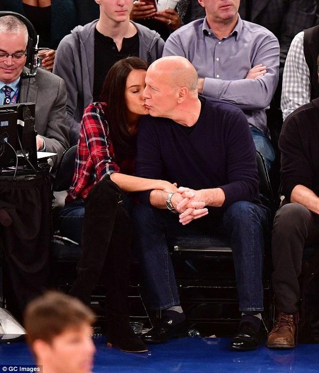 Đôi vợ chồng nổi tiếng âu yếm hôn nhau trên hàng ghế VIP