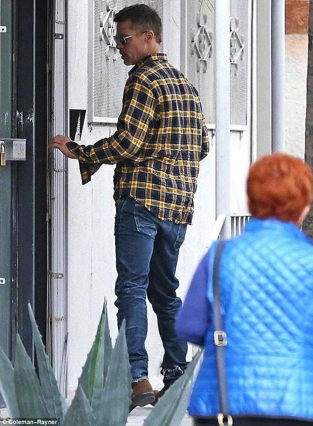 Brad Pitt xuất hiện một mình tại một studio của một người bạn ở Los Angeles, Mỹ, ngày 20/3.