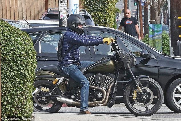 Ngoài thời gian ở studio của bạn tới đêm muộn, Brad Pitt đi dạo một mình quanh Los Angeles bằng xe mô tô.