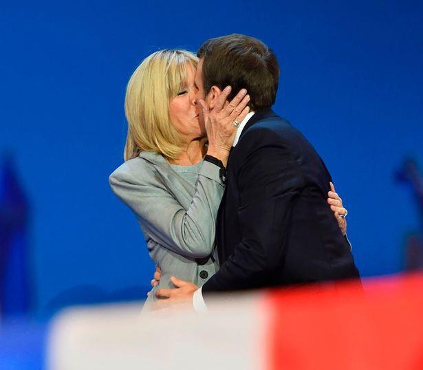 Cặp đôi không ngại dành cho nhau những cử chỉ ngọt ngào trước công chúng (Ảnh: Getty)