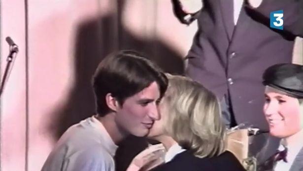 Macron, 15 tuổi, hôn má cô giáo Brigitte Trogneux trong một video vào năm 1993 (Ảnh: The Sun)