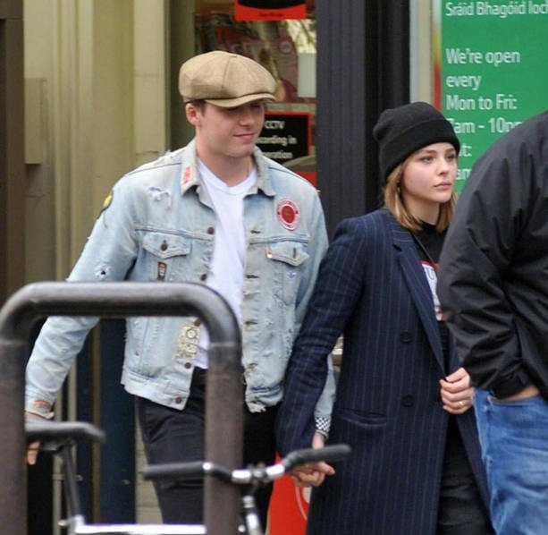 Trước đó, Chloe và Brooklyn nắm tay nhau đi dạo trên đường phố. Nữ diễn viên xinh đẹp đang làm việc chủ yếu tại Mỹ còn bạn trai thì thỉnh thoảng lại bay về Anh theo gia đình.