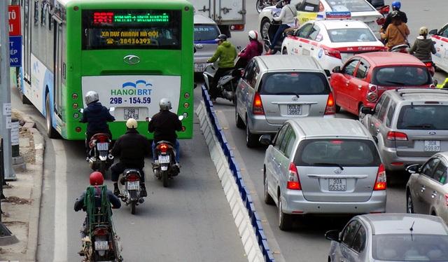 Xe máy vẫn vô tư lấn làn xe BRT