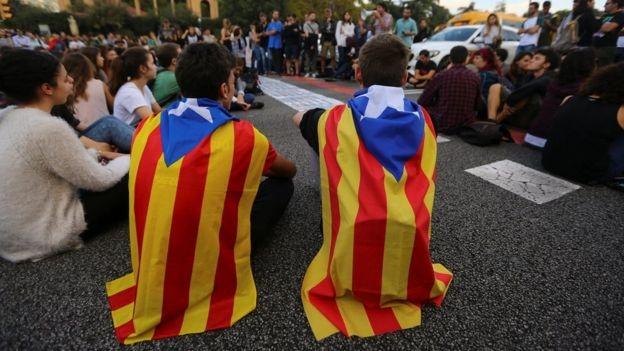 Biểu tình rúng động Barcelona phản đối bắt giam hai lãnh đạo ly khai Catalonia - Ảnh 2.
