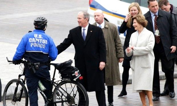 Cựu Tổng thống George W. Bush và phu nhân bên ngoài Điện Capitol. (Ảnh: AFP)