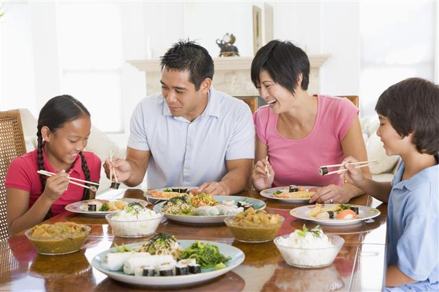 Xây dựng tình cảm với con trẻ nơi... bàn ăn - 1