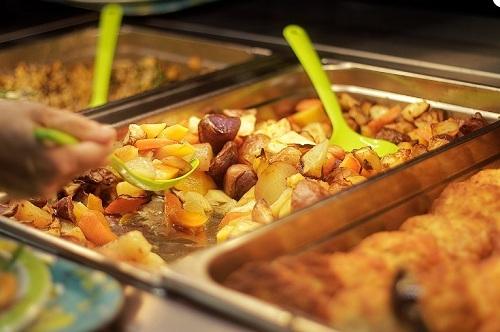 Trẻ em Phần Lan ăn trưa miễn phí tại trường với thực phẩm cân bằng dinh dưỡng. (Ảnh: Finland Today)