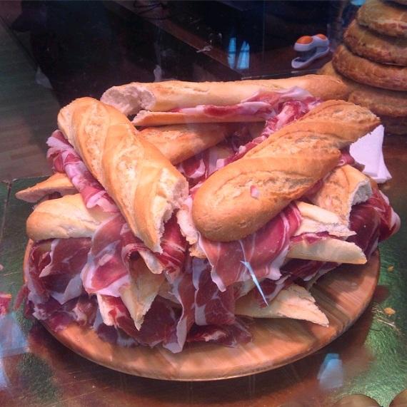 Pháp- Bánh mì, bơ, thịt muối, bánh táo