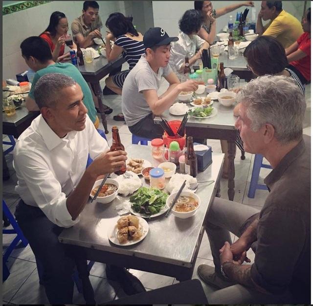 Trong 40 giờ thăm và làm việc tại Hà Nội, Tổng thống Obama cùng các cộng sự đã thưởng thức món bún chả cùng 2 chai bia Hà Nội, tại một quán bình dân trên phố Lê Văn Hưu. Người đứng đầu Nhà Trắng chia sẻ sau đó là sự thân thiện, tình cảm của người dân Việt Nam đã chạm tới trái tim ông. Ông cảm nhận rất rõ điều đó! (ảnh: Athonybourdain Istagram)