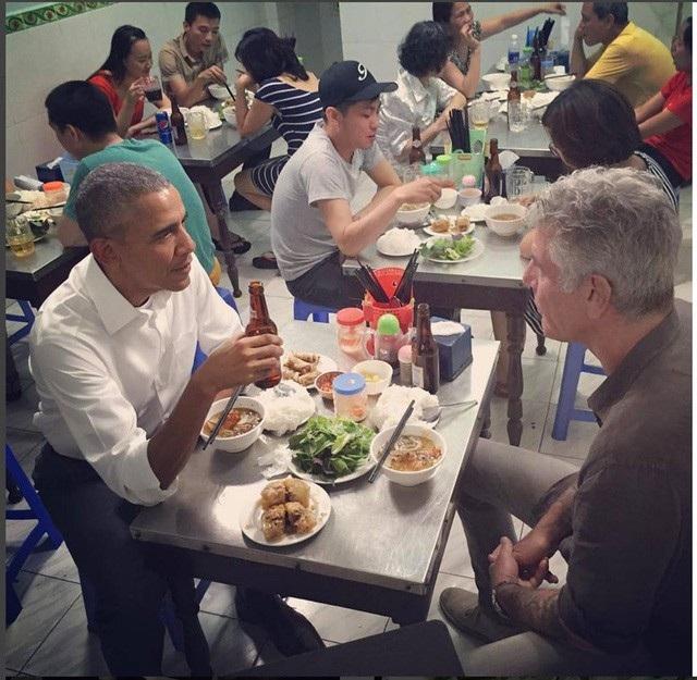 Cựu Tổng thống Mỹ Barack Obama thưởng thức bún chả và uống bia trong chuyến thăm Hà Nội tháng 5/2016 (Ảnh: Athonybourdain Istagram)
