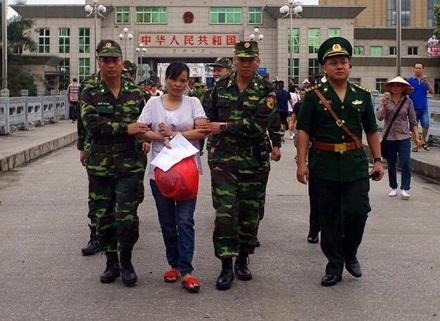 Đối tượng Dương Thị Hà bị nhà chức trách Trung Quốc bắt giữ và bàn giao cho phía Việt Nam dẫn giải về nước tiến hành điều tra xử lí về tội buôn người.