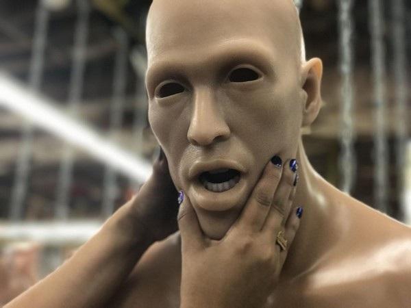 Gương mặt của một búp bê đang dần được hoàn thiện.