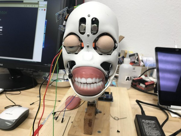 Quá trình lập trình cho chuyển động của gương mặt, bao gồm mấp máy môi khi nói, nháy mắt...