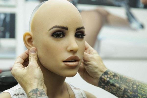"""""""Lớp da"""" được bao phủ lên bề mặt robot để giúp nó trở nên sống động hơn."""