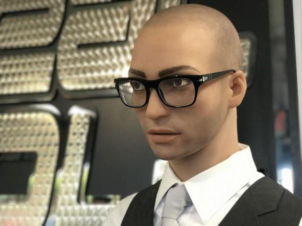 Không chỉ có búp bê nữ dành cho khách hàng nam mà Abyss còn sản xuất cả búp bê nam và thậm chí là búp bê chuyển giới. Dĩ nhiên búp bê nữ vẫn là mặt hàng bán chạy nhất, cứ 9 búp bê nữ được bán ra thì có 1 búp bê nam tìm được chủ nhân mới.