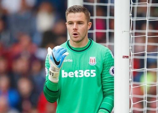 Thủ thành Butland thi đấu trong trận Stoke gặp Bournemouth ở vòng 36