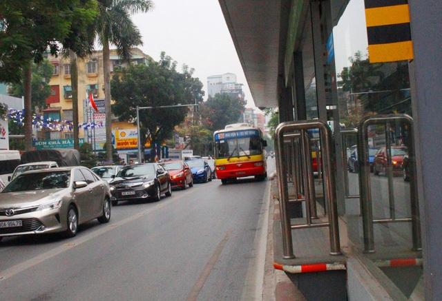 Xe buýt thường lấn đường buýt nhanh (Ảnh: Minh Thanh)
