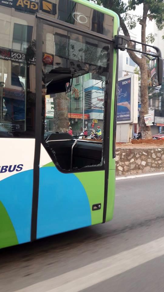 Cửa kính chiếc xe buýt nhanh BRT bị vỡ tan (Ảnh: Otofun)