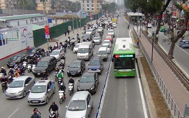 Để tạo điều kiện cho xe buýt nhanh hoạt động, đêm 20/1, hơn 100m dải phân cách cứng đã được dựng lên ở đoạn cuối đường Giảng Võ - Láng Hạ. Có dải phân cách cứng, đường phố chật hẹp hơn thường ngày nên tình trạng ùn ứ cục bộ cũng xảy ra. (Ảnh: Quang Phong)