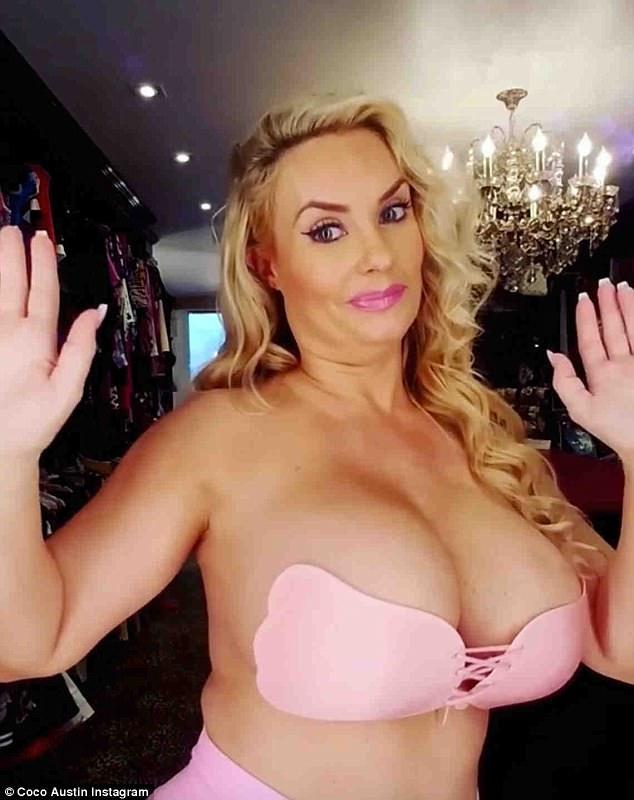Người mẫu 38 tuổi Coco Austin gây choáng khi khoe ngực khủng trong clip quảng cáo nội y mới đây