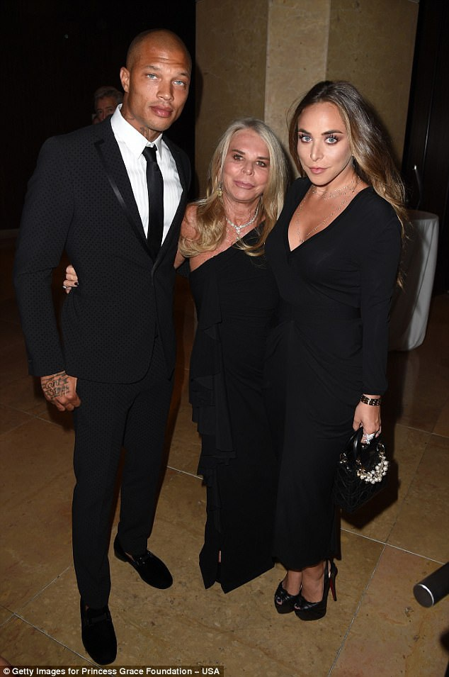 Tội phạm điển trai nổi tiếng Jeremy Meeks dự lễ trao giải Princess Grace diễn ra tại Beverly Hills, Mỹ ngày26/10vừa qua cùng bạn gái - Chloe Green và mẹ của Chloe, bà Tina