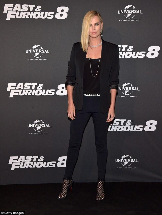 Charlize Theron sành điệu dự công chiếu phim Fast & Furious 8 tại Paris, Pháp ngày 5/4 vừa qua