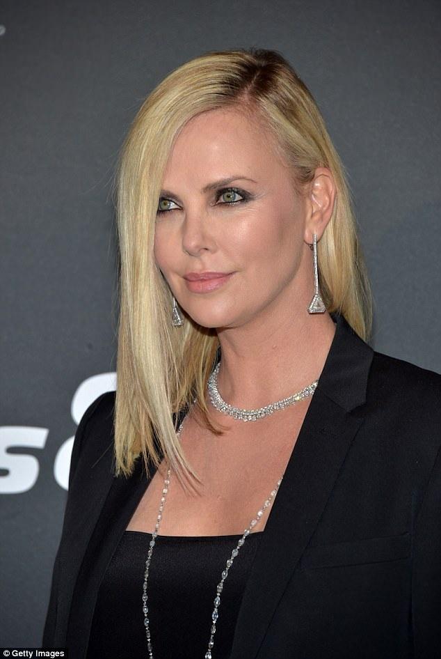 Nữ diễn viên 43 tuổi ăn vận sành điệu và cá tính, đeo nữ trang kim cương trong sự kiện này