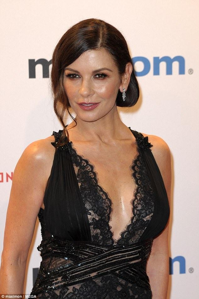 Nữ diễn viên nổi tiếng Hollywood diện váy ren xuyên thấu khoe dáng vóc trẻ trung so với tuổi 48