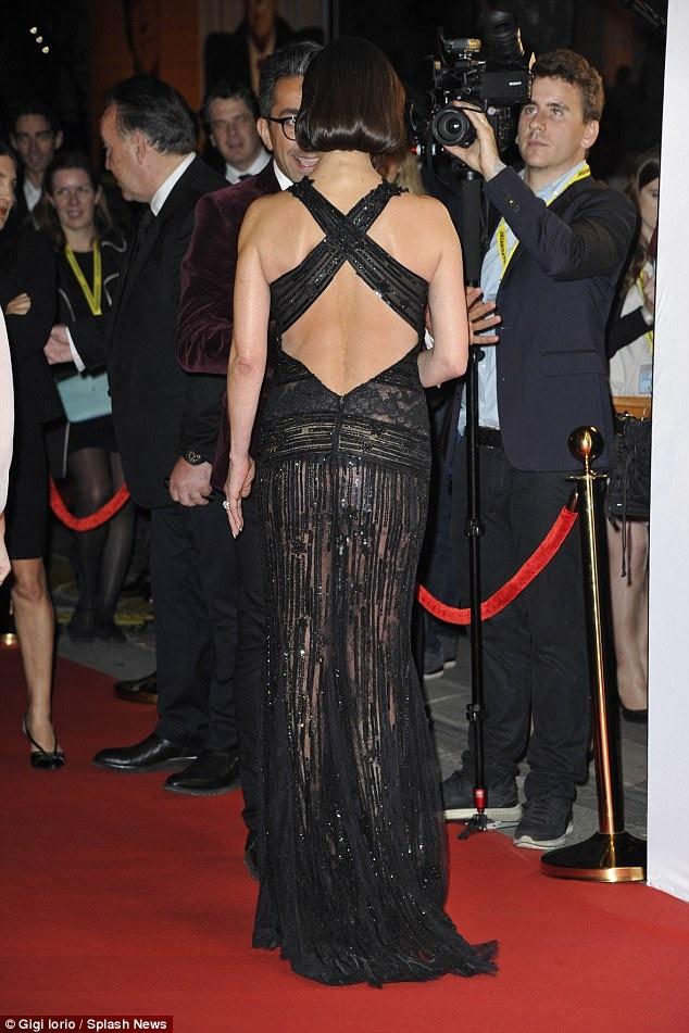 Catherine Zeta-Jones rạng rỡ trả lời phỏng vấn trên thảm đỏ