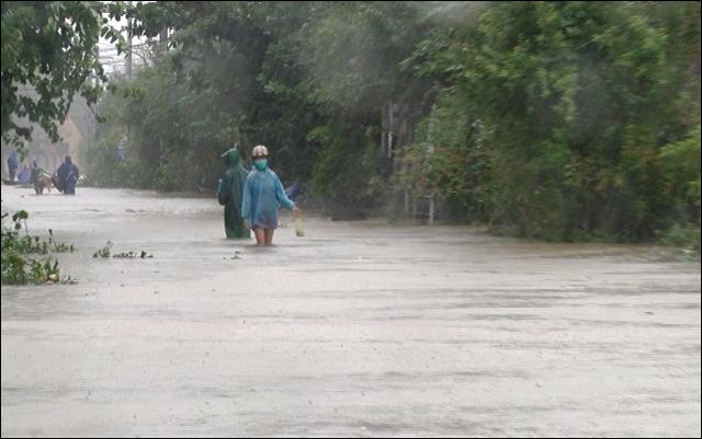 Các đường liên thôn tại đây bị ngập nặng