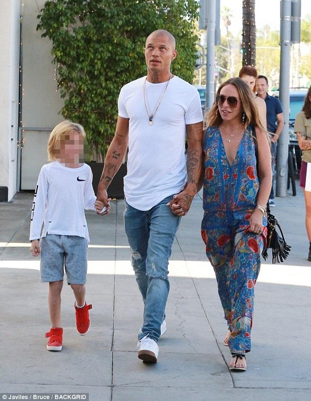 Chloe Green vui vẻ đi ăn cùng bạn trai và con riêng của bạn trai.