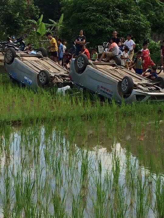 Hiện trường 2 ô tô bị người dân làm lật xe (Ảnh: Facebook Nguyễn Duy Dương)