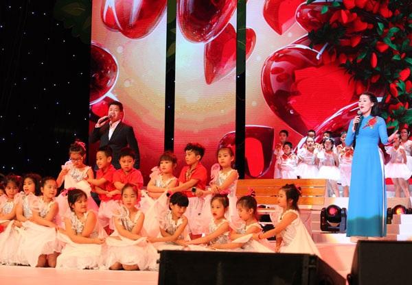 Ca sỹ Đăng Dương hát song ca Cùng hòa nhịp con tim cùng cô giáo Trịnh Huyền Trang.