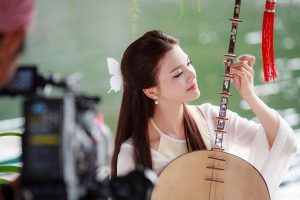 Hình ảnh đẹp như tranh của Phương Thảo trong MV Dọc ngang đò tình.