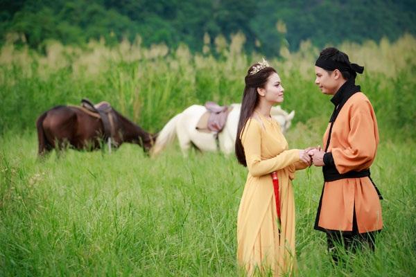 Trong MV, Phạm Phương Thảo và nam diễn viên Thiện Tùng có những cảnh quay tình tứ, lãng mạn.
