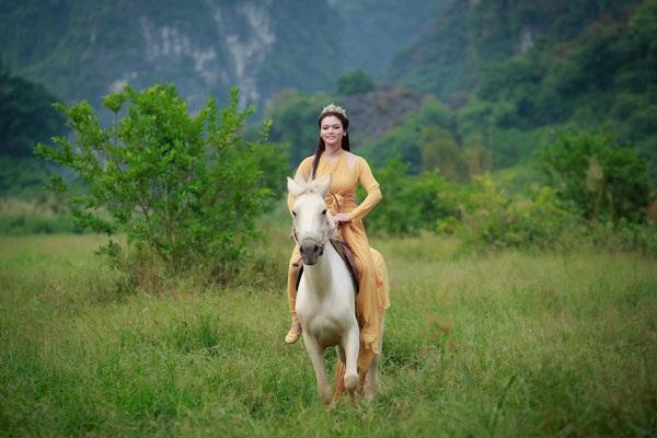 Nhìn phong thái cưỡi ngựa thuần thục của Phương Thảo, ít ai biết rằng nữ ca sĩ từng bị ám ảnh trong khoảng thời gian dài vì cú ngã ngựa kinh hoàng.