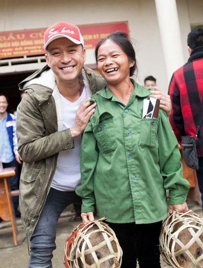 Tuấn Hưng cùng bạn bè, đồng nghiệp tặng lợn giống cho bà con ở thôn 3, xã Tân Hoá, Huyện Minh Hoá, Tỉnh Quảng Bình, nơi đây là vùng xa xôi giáp với dãy núi Trường Sơn. (Ảnh: Kevin Cường)