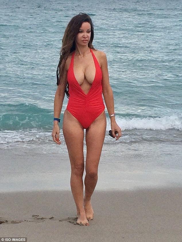 Alicia Douvall, người mẫu 37 tuổi nổi tiếng tại Anh vì dám thực hiên 350 ca phẫu thuật, làm đẹp trong nhiều năm qua