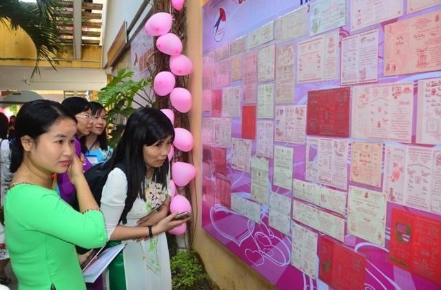 Nhiều nữ giáo viên bất ngờ và xúc động trước những tấm thiệp cưới của chính mình cách đây nhiều năm được thầy Thông lưu giữ.