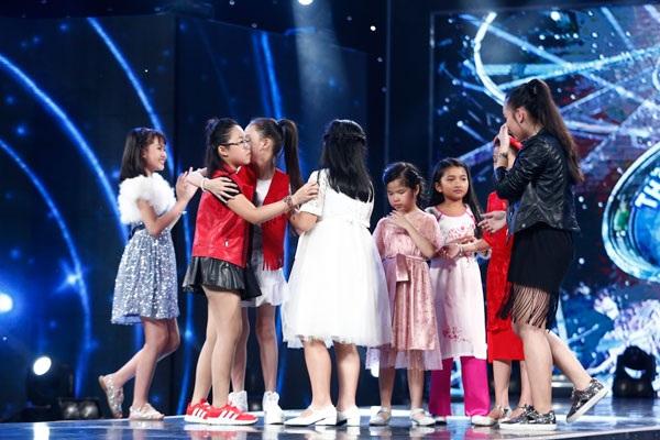 Các thí sinh tạm biệt nhau trên sân khấu.