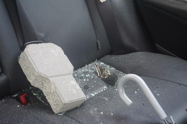 Các xe đều bị đập phá kính chắn gió trước và sau