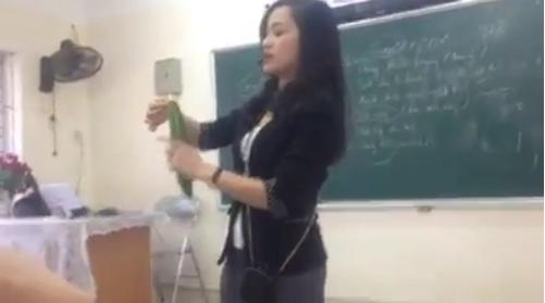 Hình ảnh cô giáo hướng dẫn học sinh dùng bao cao su gây sốt mạng