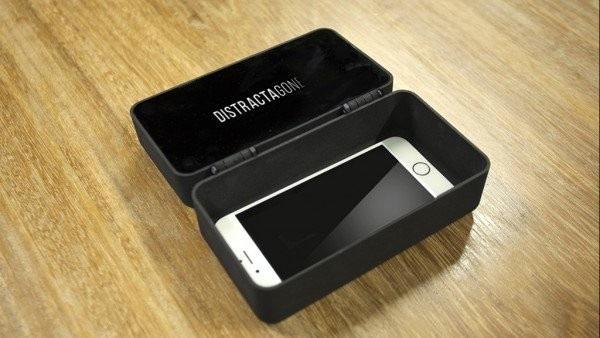 Chiếc hộp cho phép chứa tối đa 4 chiếc smartphone bên trong