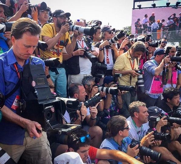 """Joshua Paul """"lạc lõng"""" giữa các nhiếp ảnh gia sử dụng máy ảnh hiện đại với chiếc máy ảnh 104 năm tuổi của mình"""