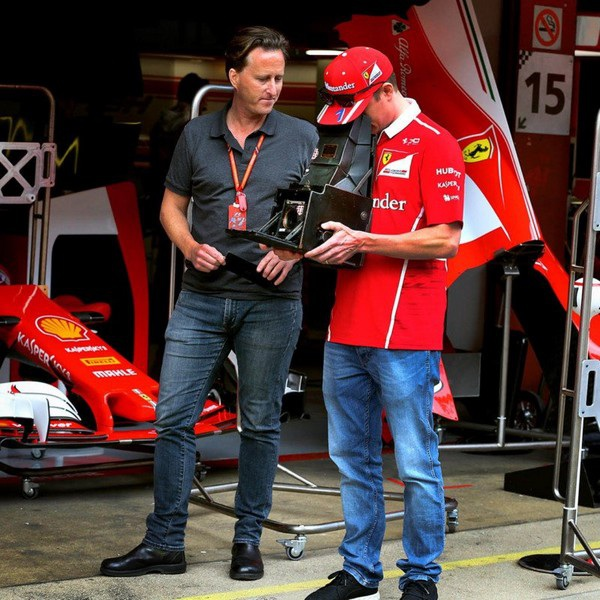 """Paul đang """"khoe"""" chiếc máy ảnh của mình với tay đua F1 nổi tiếng người Phần Lan Kimi Raikkonen"""