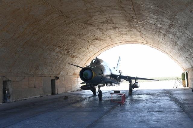Một máy bay chiến đấu của Syria tại căn cứ Shayrat. (Ảnh: Sputnik)