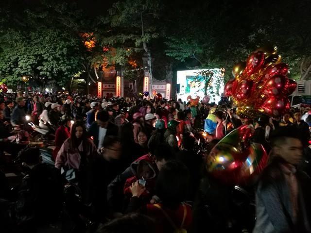 Đường Đinh Tiên Hoàng, trước cổng đền Ngọc Sơn lúc 23h48 đông nghẹt người