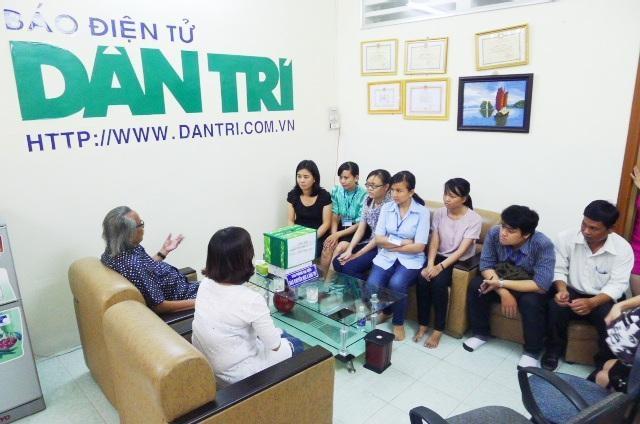 Cán bộ, nhân viên Bệnh viện Nhi Đồng Cần Thơ tham gia ủng hộ đồng bào lũ quét do báo Dân trí phát động tại Văn phòng Cần Thơ