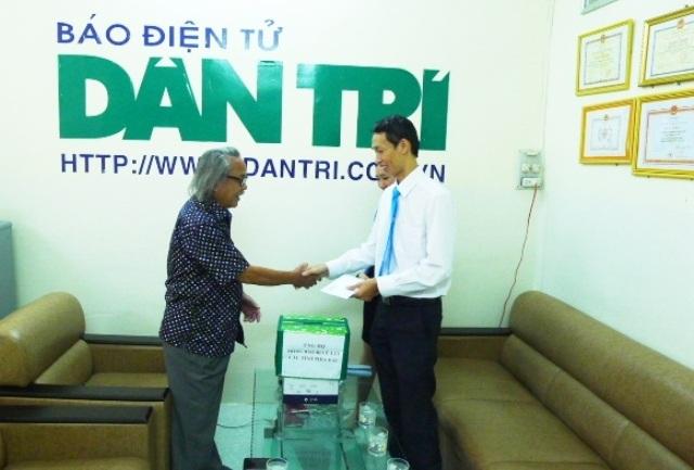 Đại diện Trường Quốc tế Hòa Bình đến văn phòng Cần Thơ ủng hộ 5 triệu đồng
