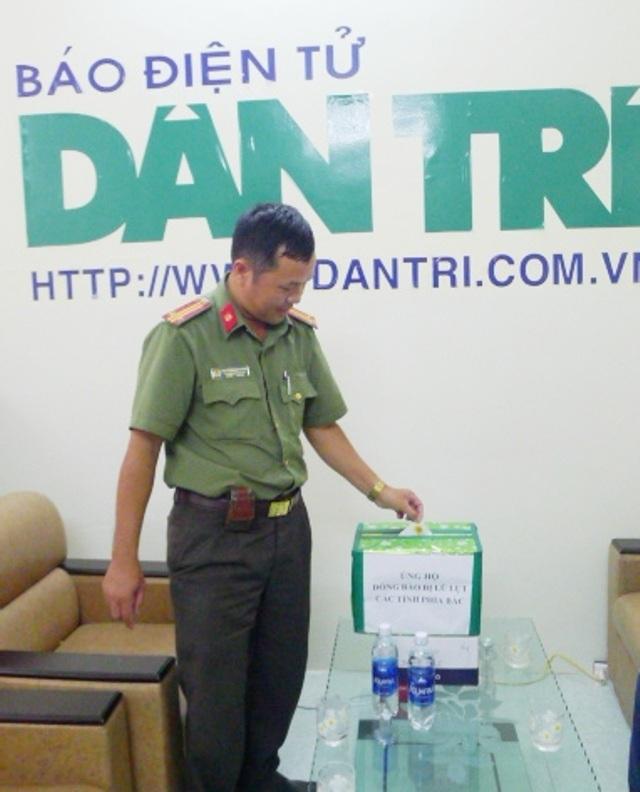 Ủy quyền của Giám đốc Công an TP Cần Thơ Trần Ngọc Hạnh, đại diện Phòng PA83 ủng hộ 5 triệu đồng